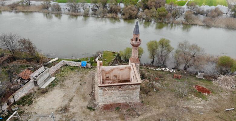 Bursa'da restorasyondaydı… 613 yıllık caminin minaresi yıkıldı!
