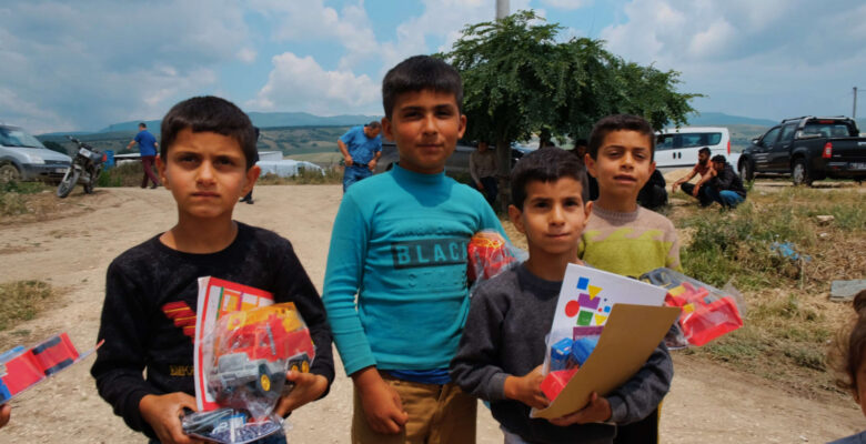Bursa'da mevsimlik tarım işçilerinin çocuklarının kitap sevinci