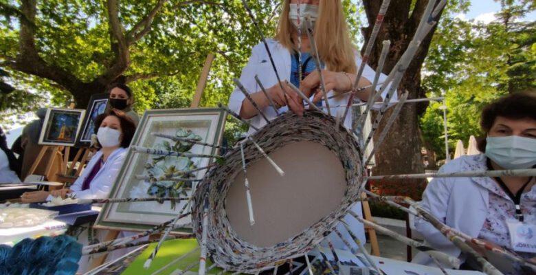 Bursalı kadınlar çöpe gidecek gazeteleri sanat eserine dönüştürüyor
